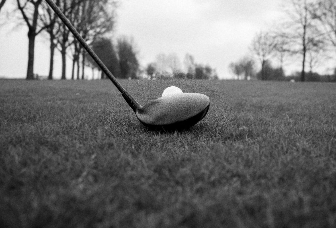 Driver devant balle de golf